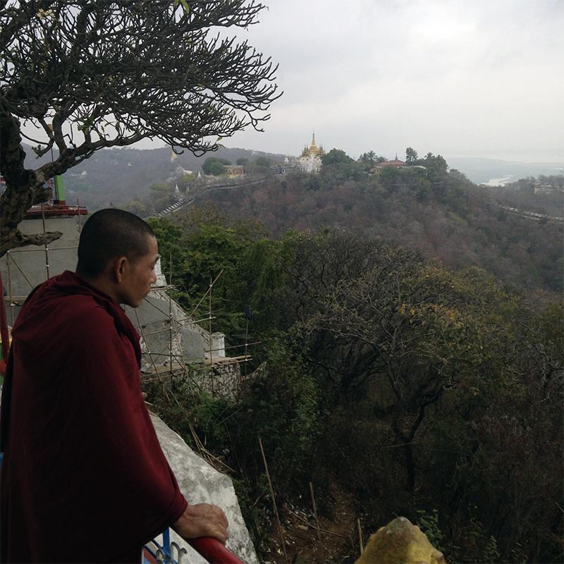 monje-budista-mirando-el-paisaje