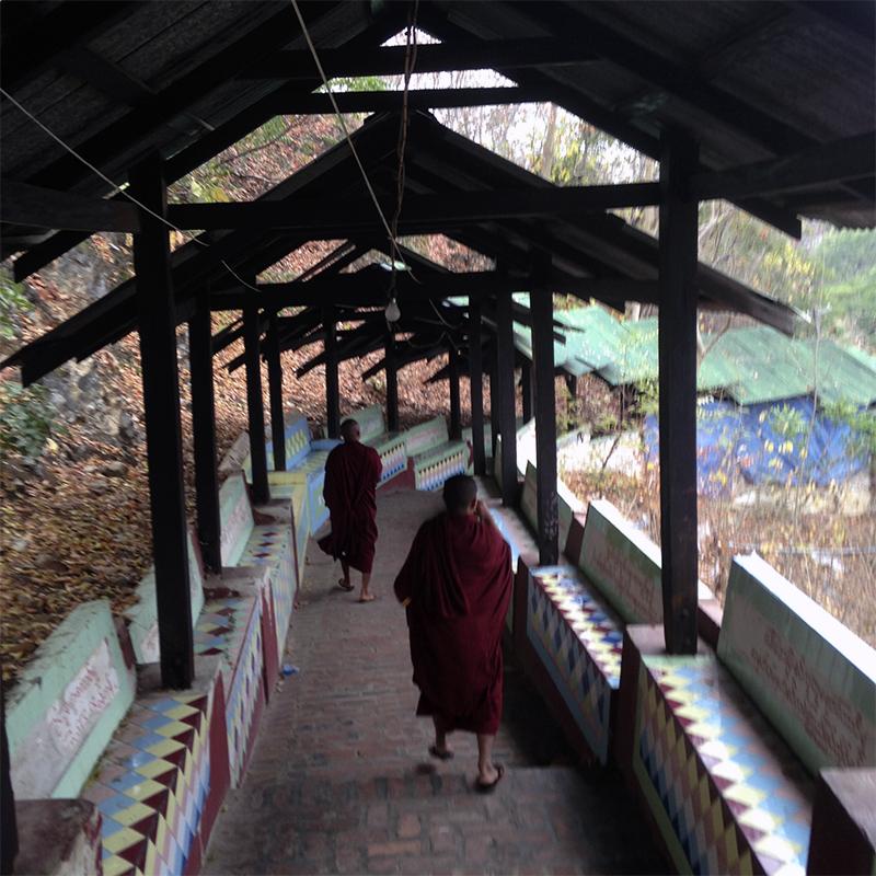monjes-budistas-paseando