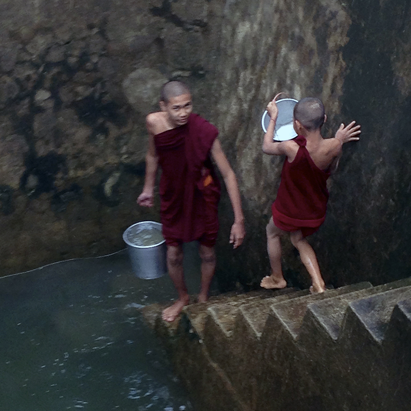 niños-monjes-budistas-cogiendo-agua