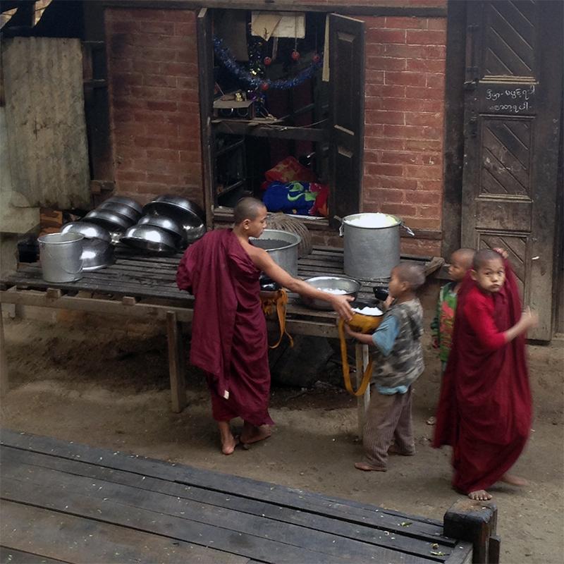 repartir-comida-en-el-monasterio