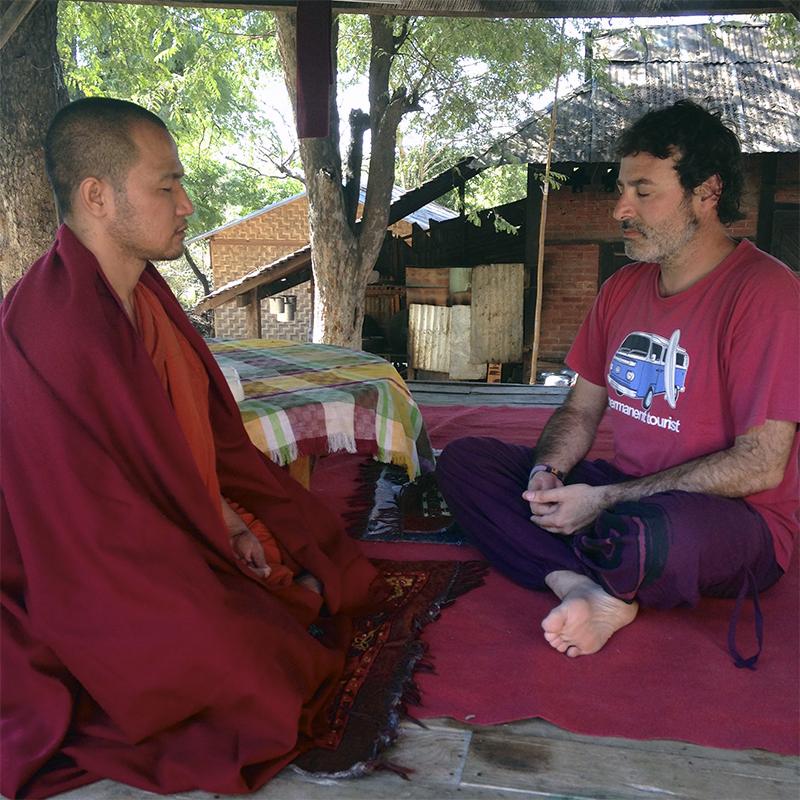 francesc-meditando-con-un-monje