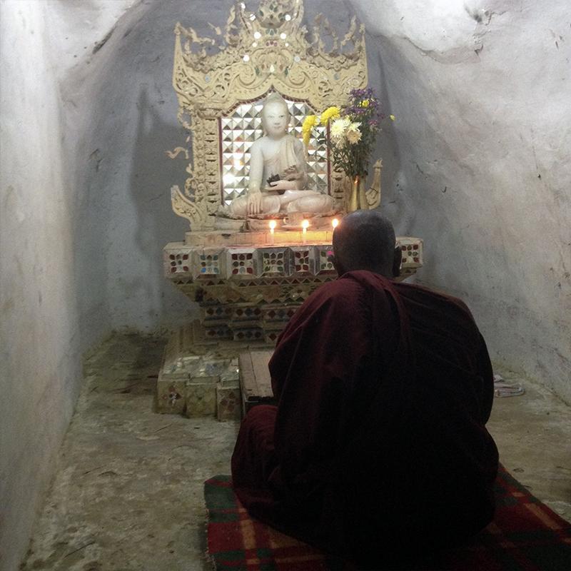 monje-budista-rezando-en-una-cueva