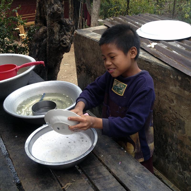 niño-fregando-platos