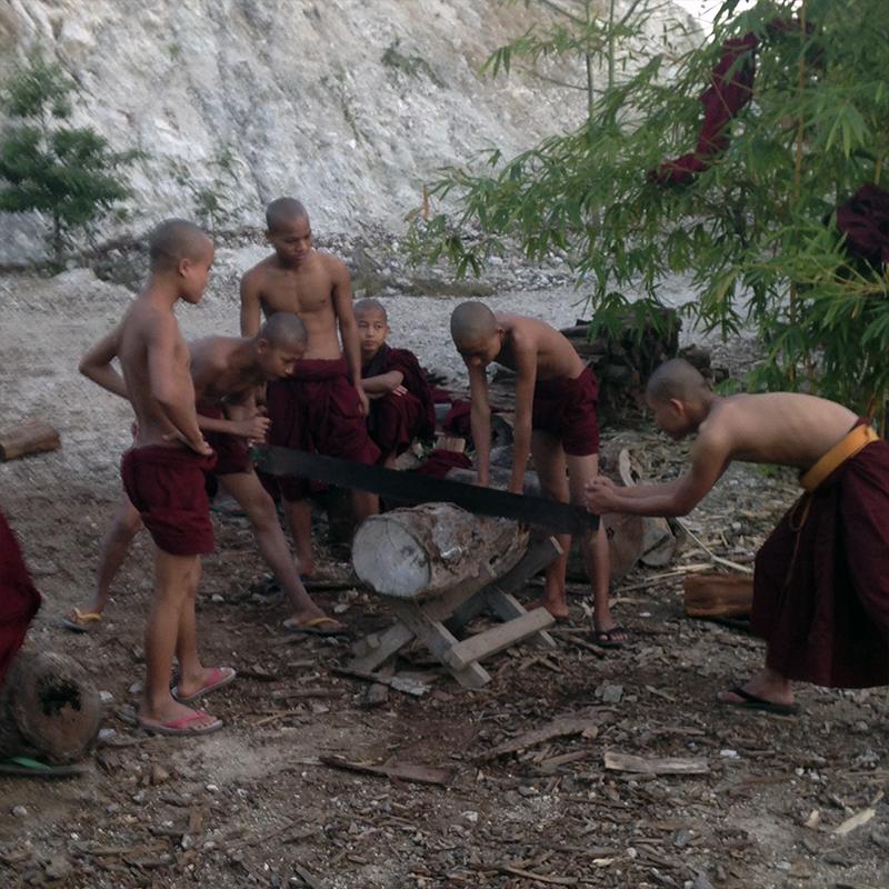 niños-monjes-budistas-cortando-troncos
