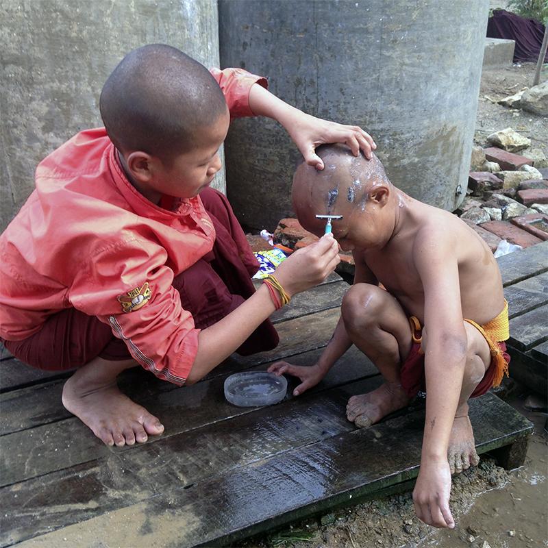 niños-monjes-budistas-rapando-cabeza