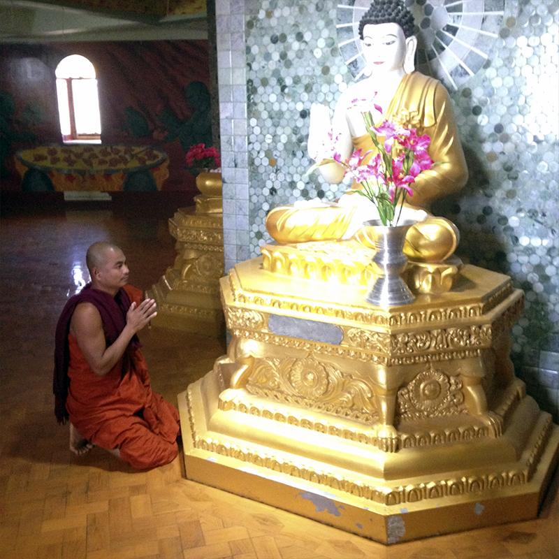 rezando-a-buddha